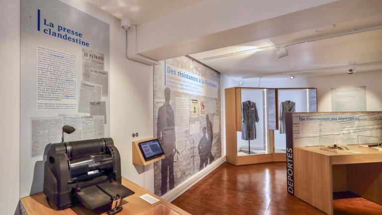 De nombreux objets d'époques sont exposés : presse, uniformes, casques, radios, etc.