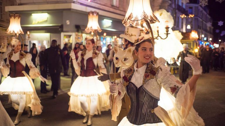 Les danseurs et danseuses jouent avec leurs costume et chapeaux éclairés.