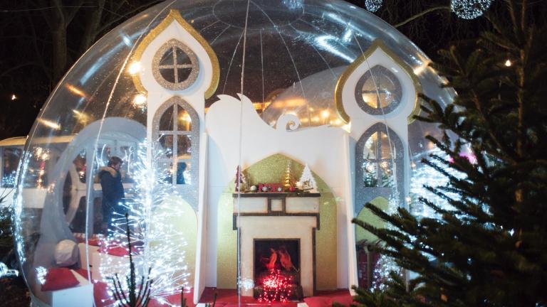 Détail de la décoration d'une des bulles magiques, avec une cheminée et un sapin.