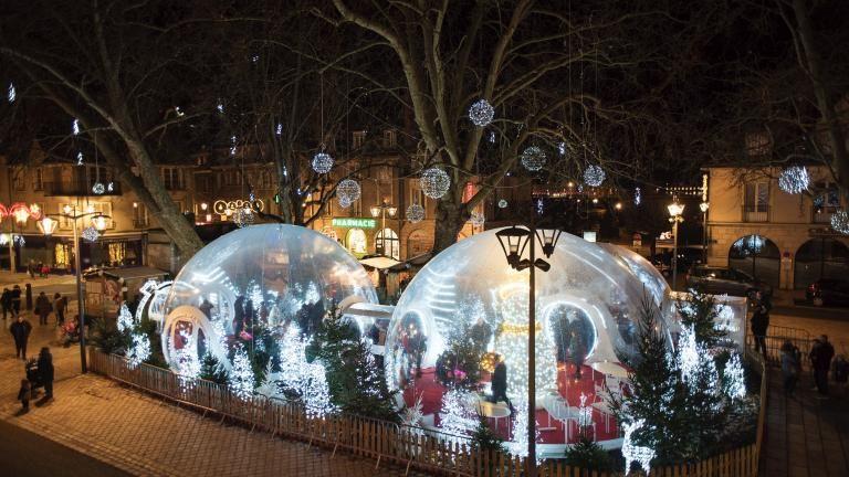 Photo d'ensemble des bulles magiques place Louis-XII, de nuit.