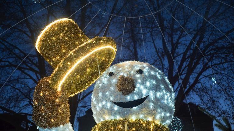 Portrait de Sacha, l'immense bonhomme de neige, illuminé pendant la nuit.