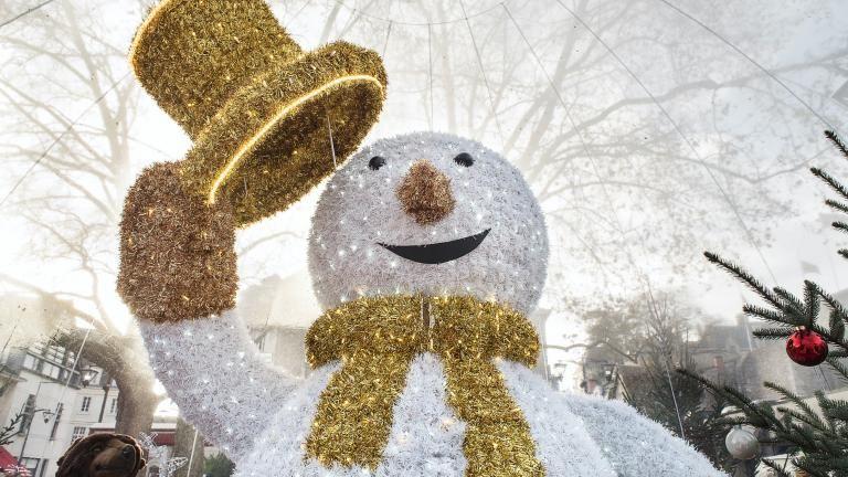 Portrait de Sacha, l'immense bonhomme de neige, de jour.