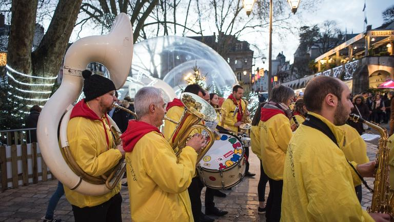 La fanfare s'offre en spectacle devant les bulles magiques.