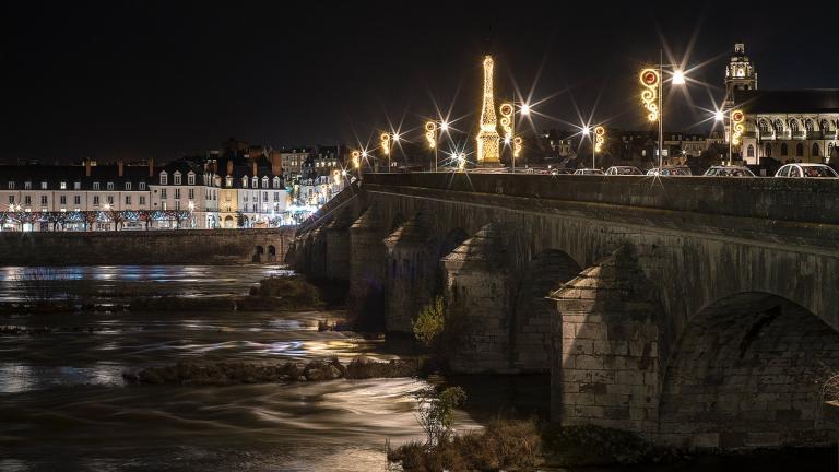 Le pont Jacques-Gabriel de nuit, rayonne sur la Loire, avec la rive droite de Blois en arrière-plan.
