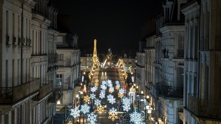 Rue Denis-Papin illuminée par d'immenses flocons de neige. Perspective de plusieurs kilomètres avec notamment le pont Jacques-Gabriel.