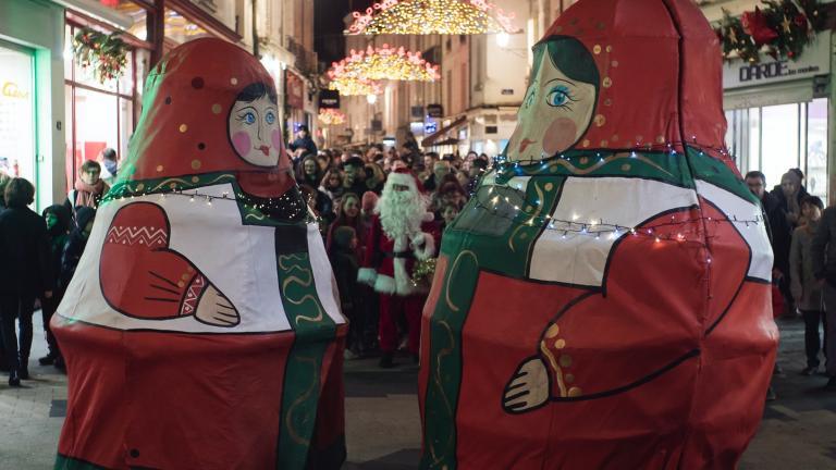 D'immenses poupées russes emmènent le défilé.