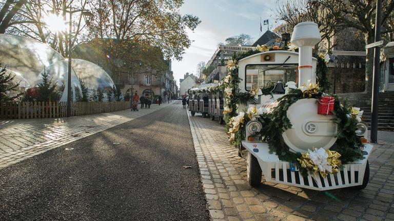 Le petit train attend ses passagères et passagers sous le soleil, place Louis-XII.
