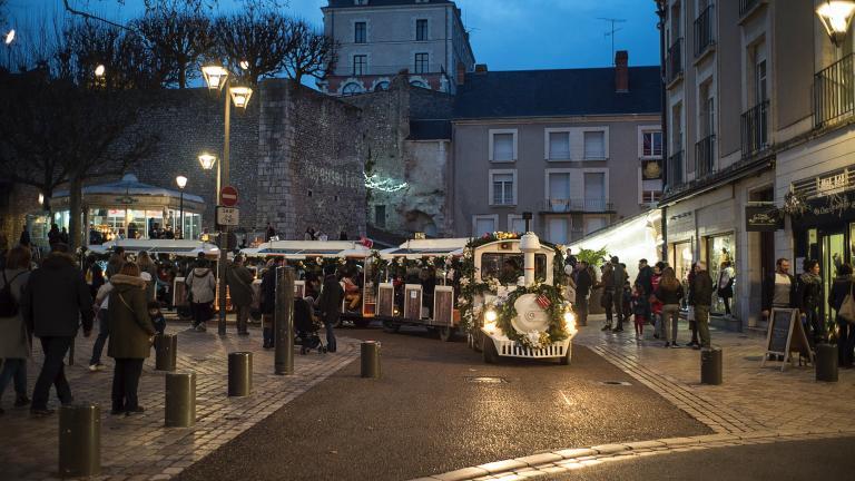 Au milieu des passants place Louis-XII, le petit train se fraye un chemin.