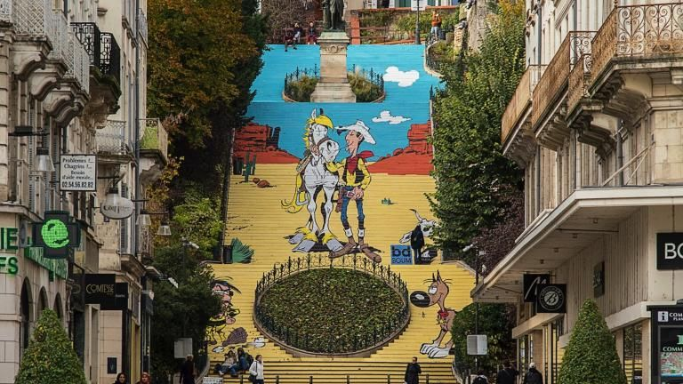 Photo de jour de l'ensemble de l'escalier revêtu du décor de Lucky Luke, Jolly Jumper, Rantanplan et Joe Dalton.