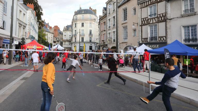 Des enfants pratiquent du volley-ball sur un terrain installé rue Denis-Papin.