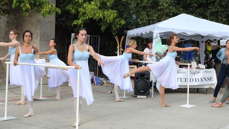 Des danseuses s'échauffent rue Denis-Papin.