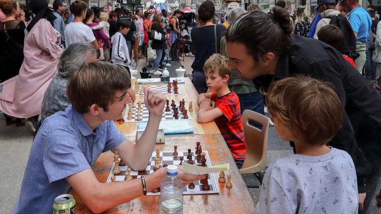 Des parties d'échecs se tiennent en pleine rue Denis-Papin.