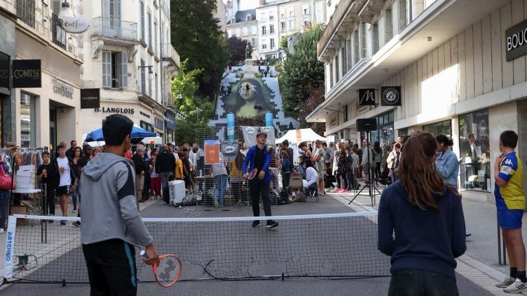 Une partie de tennis collectif est organisée sur un terrain installé rue Denis-Papin.