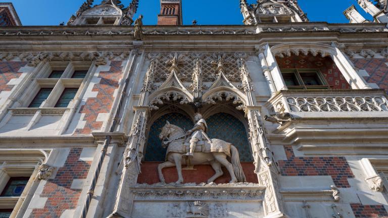 Statue équestre du roi Louis-XII, positionnée au-dessus de l'entrée principale du Château royal, depuis la place vers la cour intérieure.