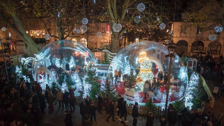 Photo d'ensemble des bulles magiques translucides et illuminées, avec la foule tout autour;