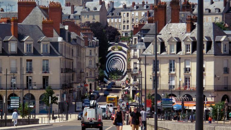 Le pont Jacques-Gabriel et la rue Denis-Papin mènent tout droit à l'escalier Denis-Papin, recouvert d'une immense spirale en noir et blanc visible depuis plusieurs kilomètres.