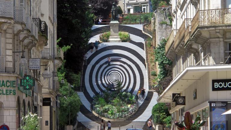 L'escalier Denis-Papin, depuis la rue du même nom, a ses contremarches entièrement recouvertes pour former une gigantesque spirale noir en et blanc.