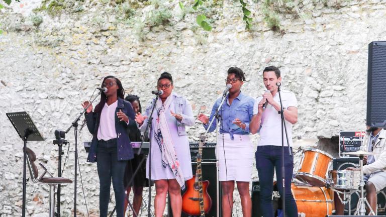 Le groupe les Essentielles (gospel et chanson) se produit sur scène sur l'esplanade de la Tour Beauvoir.