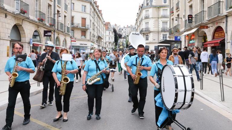 La fanfare Band'annonce défile dans la rue Denis-Papin.