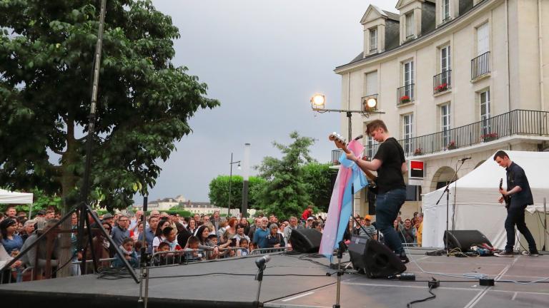 Le groupe The Jard, de la commune jumelle de Lewes, se produit sur la scène de la place de la Résistance.
