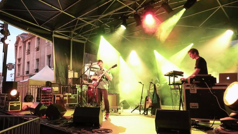 Johan Papaconstantino se produit sur scène.