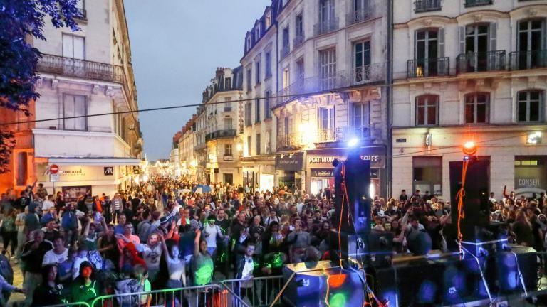 La foule s'étend sur la rue Denis-Papin, aux pieds de l'escalier Denis-Papin, face aux collectifs électro Avance Rapid et Les Tornades (hors champ).