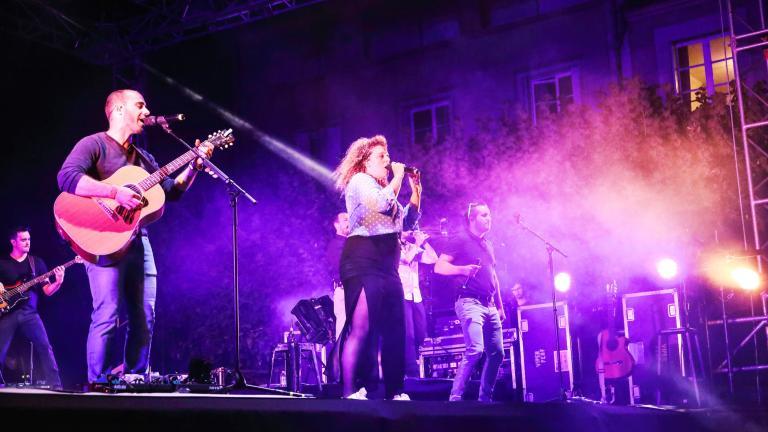 Le groupe Trois cafés gourmands donne un grand concert gratuit sur le quai de la Saussaye pour célébrer la Fête nationale.