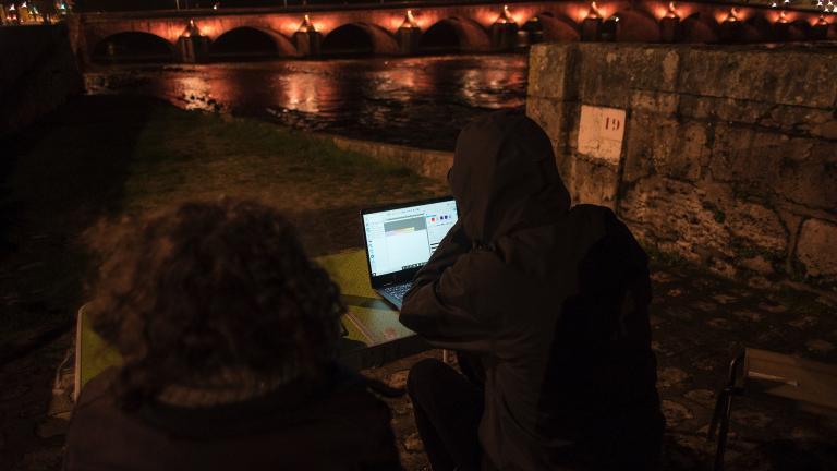 L'équipe de conception lumière pilote les teintes de l'éclairage à distance, sur les rives du pont, depuis un ordinateur portable.