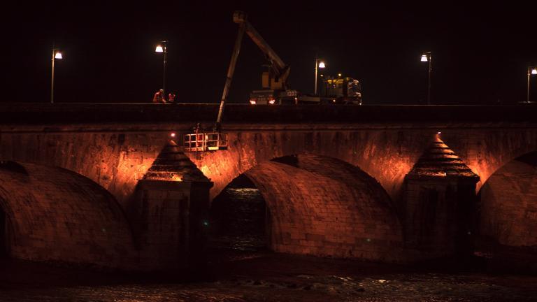 Une nacelle permet aux équipes techniques d'accéder aux recoins du pont Jacques-Gabriel pour installer de nouveaux projecteurs.