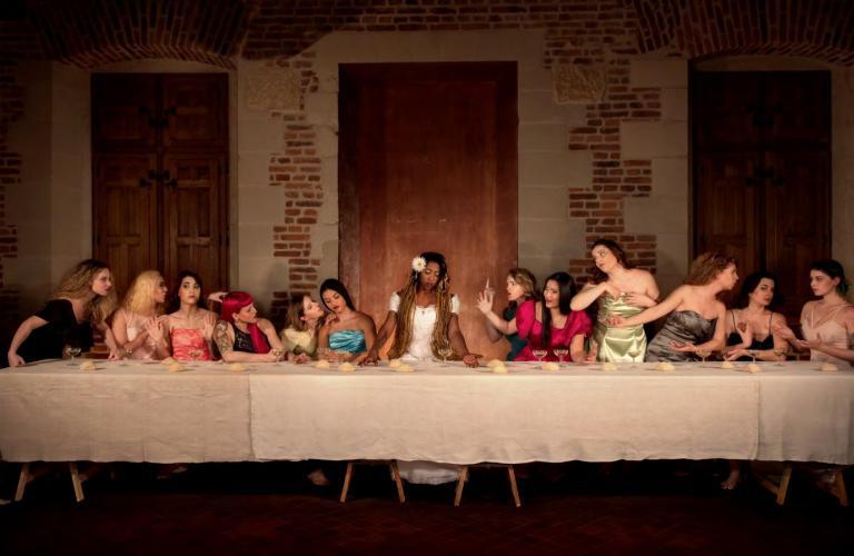 Tableau de La Cène, de Léonard de Vinci, reproduite avec des femmes à la place des hommes