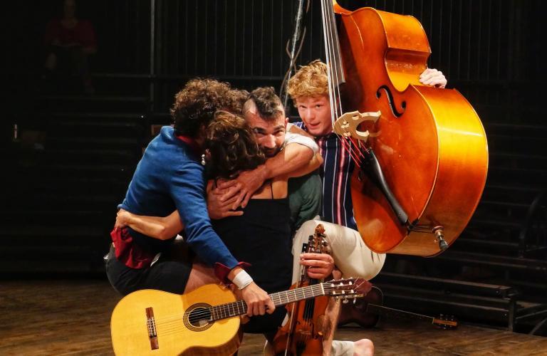 Lees artistes et leurs instruments s'accrochent àl'un d'entre-eux.