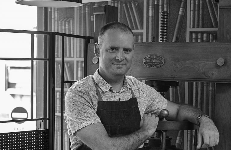 Portrait de Vincent Collet dans son atelier de relieur et restaurateur de livres.