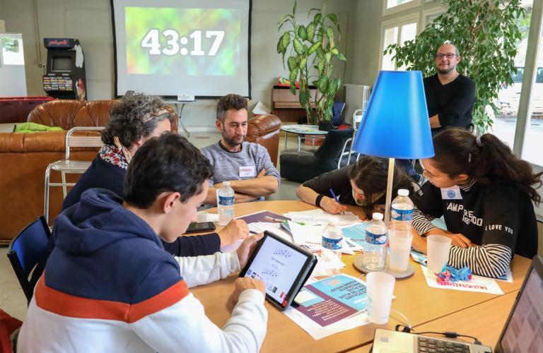 Un groupe au travail autour d'une table.