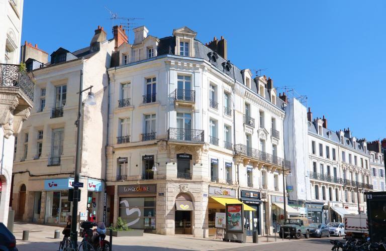 Façades rénovées et en cours de rénovation sur la rue Denis-Papin.