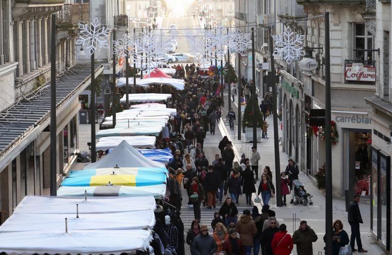 La rue Denis-Papin transformée en voie piétonne avec des stands, pour la foire Saint-Nicolas.