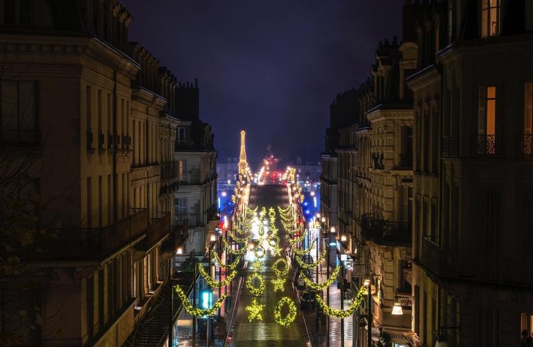Décorations de fin d'année illuminant la rue Denis-Papin et le pont Jacques-Gabriel en arrière-plan. Photo prise depuis les hauteurs de l'escalier Denis-Papin.