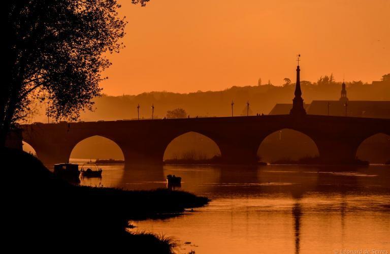 La Loire embrumée, avec le port de la Creusille au premier plan, le pont Jacques-Gabriel au second et le quartier Saint-Nicolas en arrière-plan.