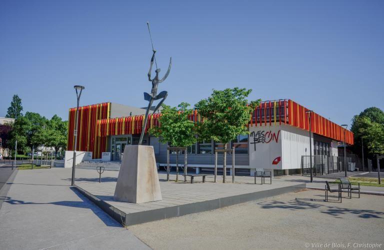 Place Danielle-Mitterrand et façade rouge et jaune de la Maison de Bégon.