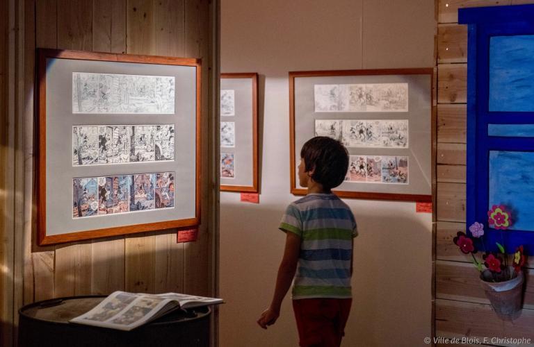 Un enfant visite l'exposition permanente de la Maison de la bd.
