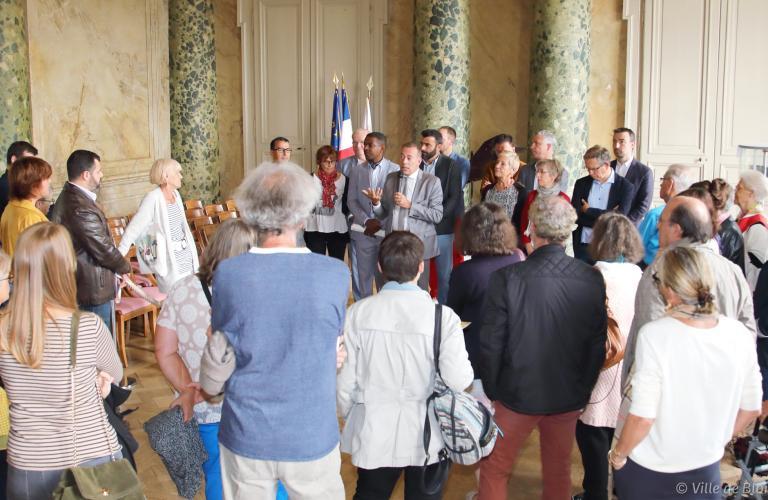 Des membres du conseil municipal accueillent un groupe de nouvelles et nouveaux habitants blésois.