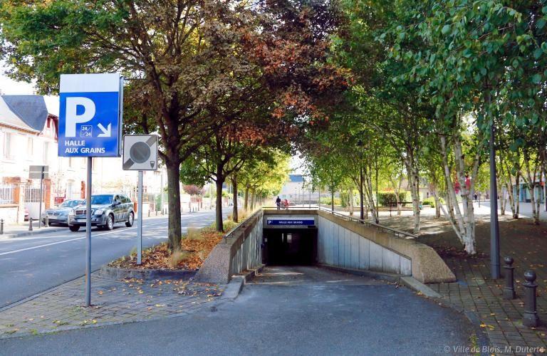 Entrée souterraine du parc de stationnement Halle-aux-grains.