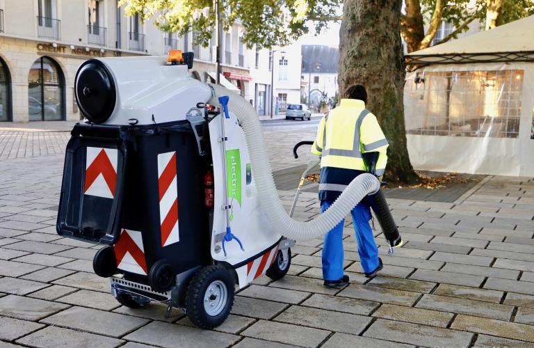Une agente nettoie les feuilles mortes de la place Louis-XII.