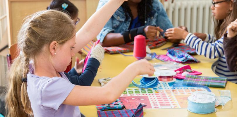 Des enfants font de l'art plastique.