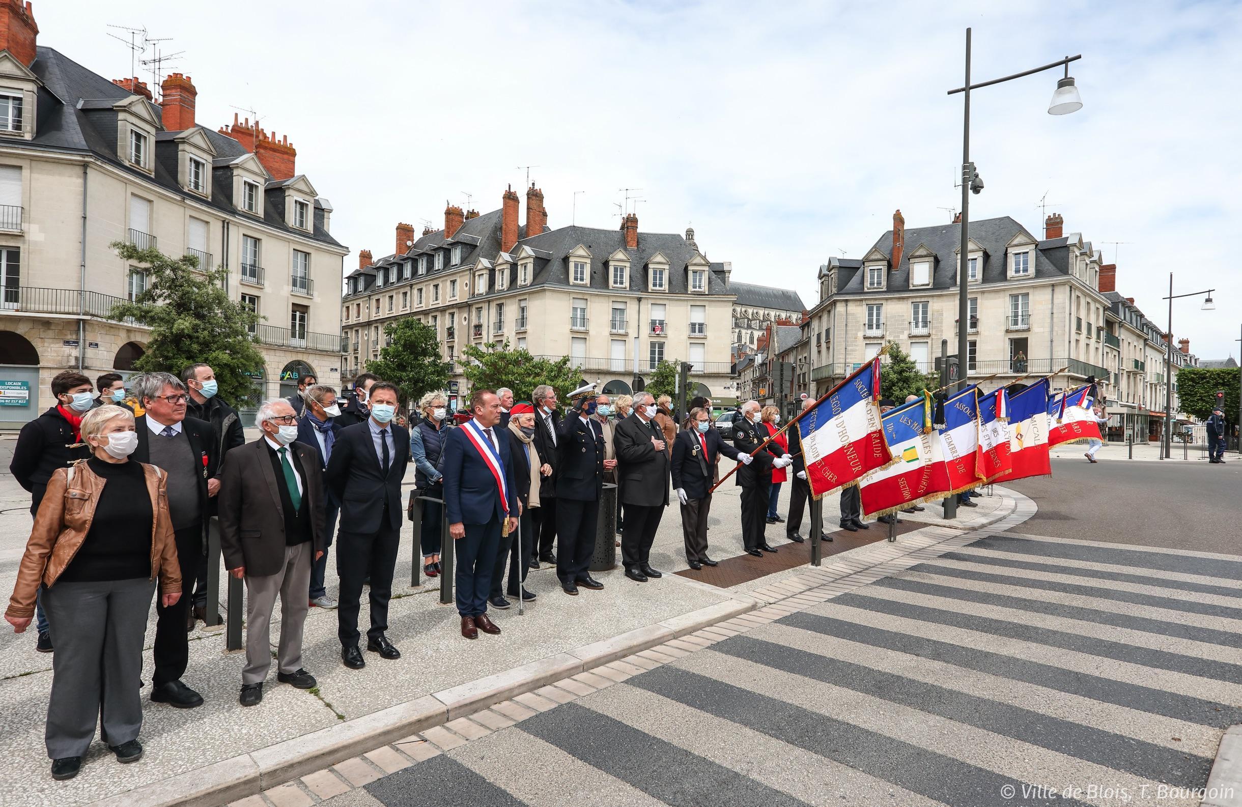 File de personnes dont le maire et le préfet, attendant le convoi funéraire pour rendre hommage à Cécile Rol-Tanguy.