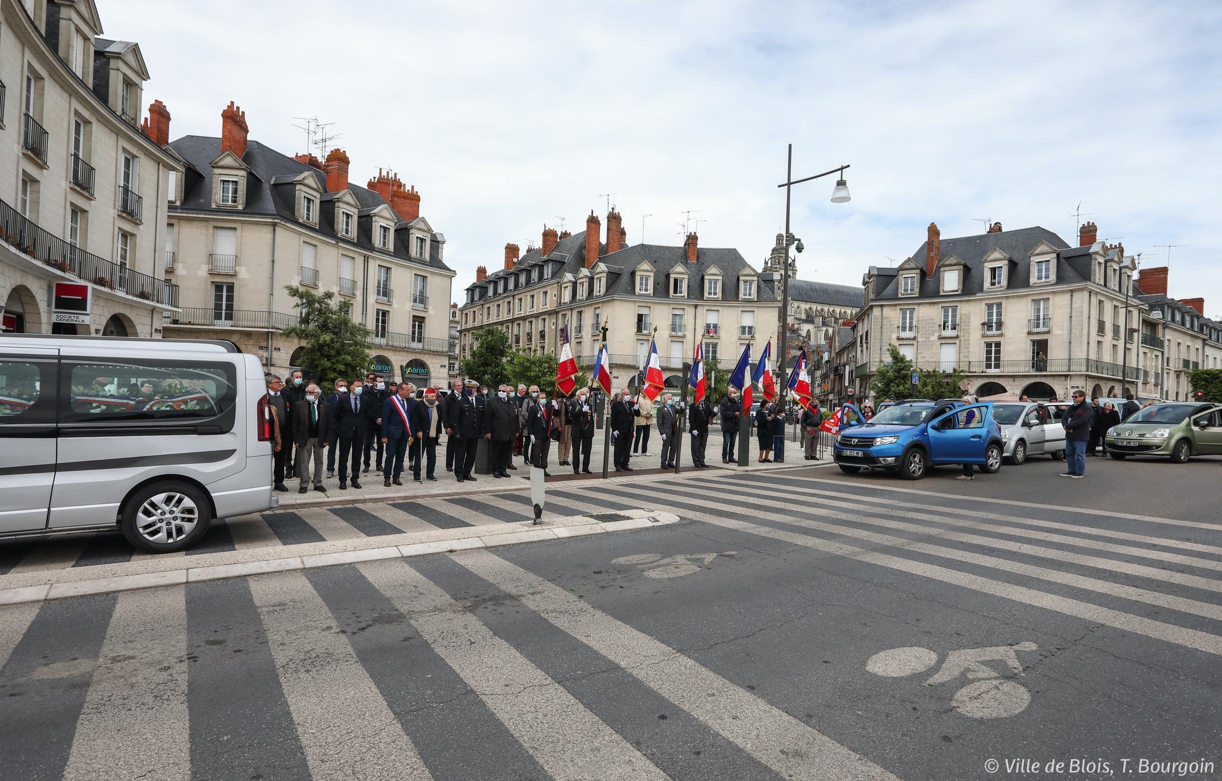 Le convoi funéraire de Cécile Rol-Tanguy longe une file de personnes venues lui rendre hommage, dont le maire et le préfet.