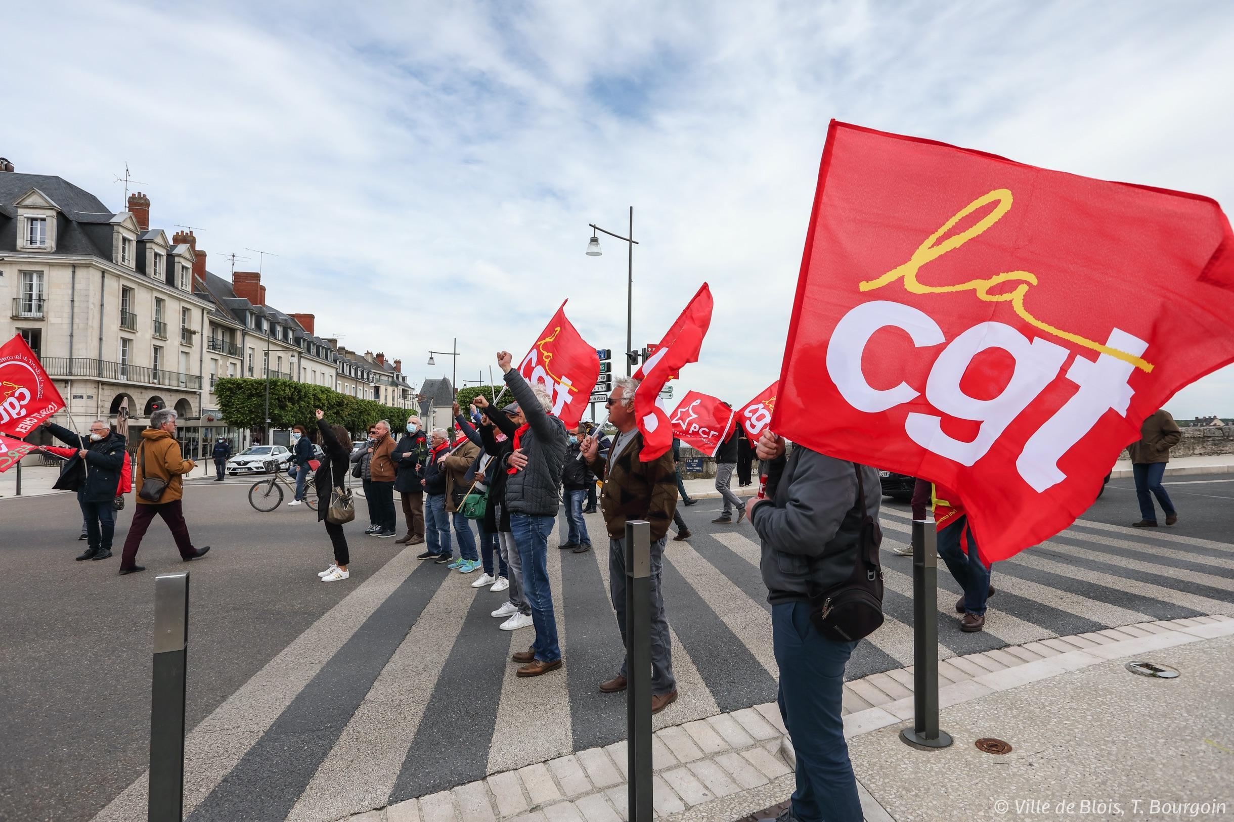 Des membres de la CGT et du parti communiste français, avec drapeaux et poings levés, rendent hommage à Cécile Rol-Tanguy.