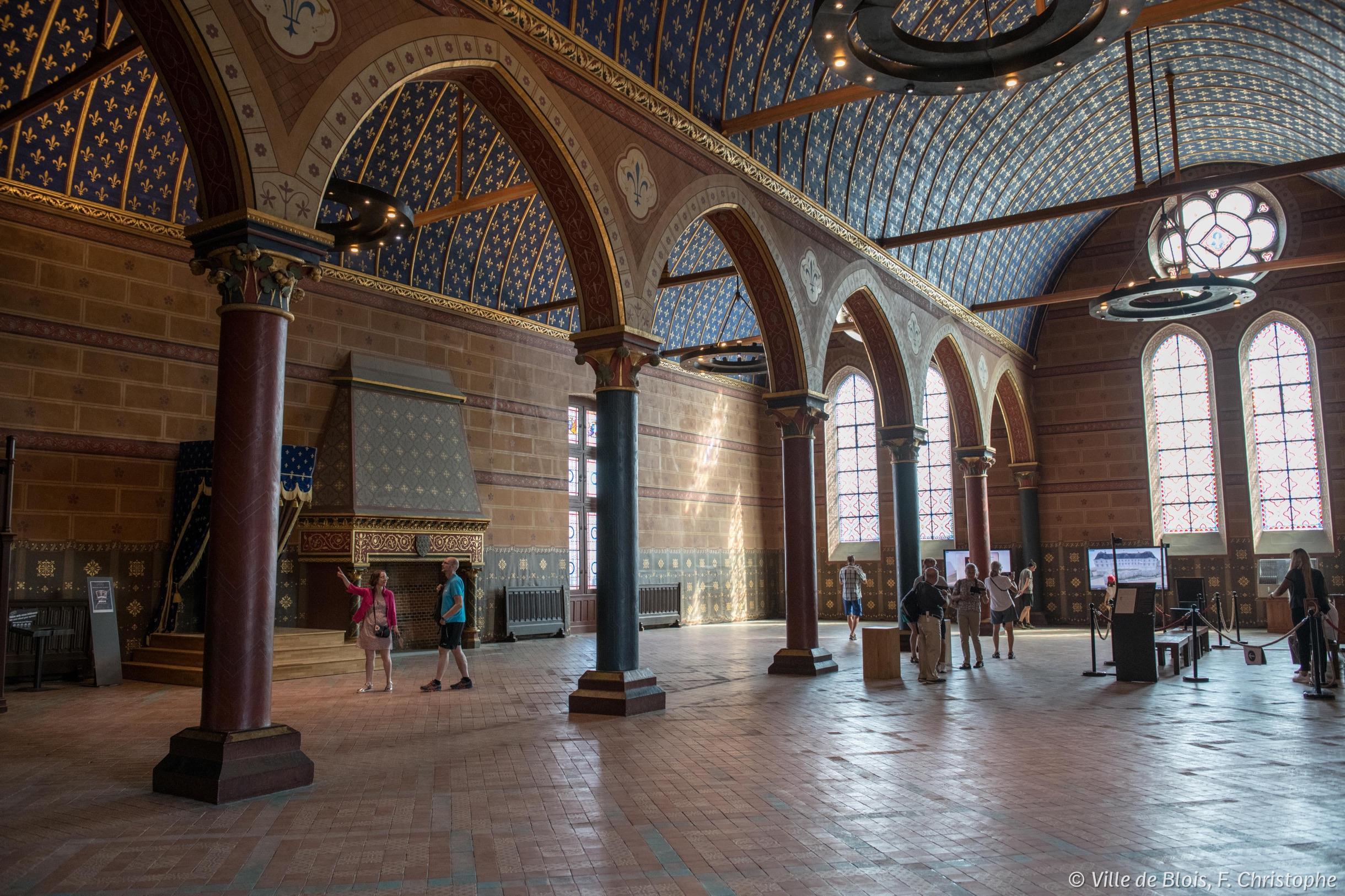 Les deux vaisseaux de la monumentale salle des états généraux, soutenus en leur milieu par sept colonnes.
