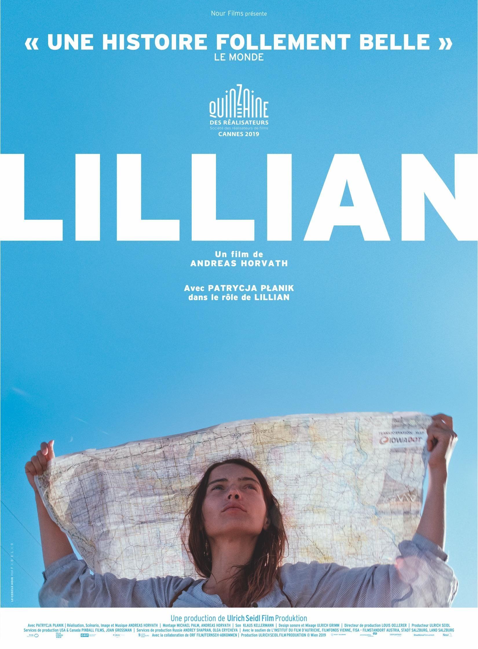 Affiche du film: une femme tient un grand tissu au-dessus de sa tête. Le reste de l'image est un ciel bleu, barré par le titre «Lillian».