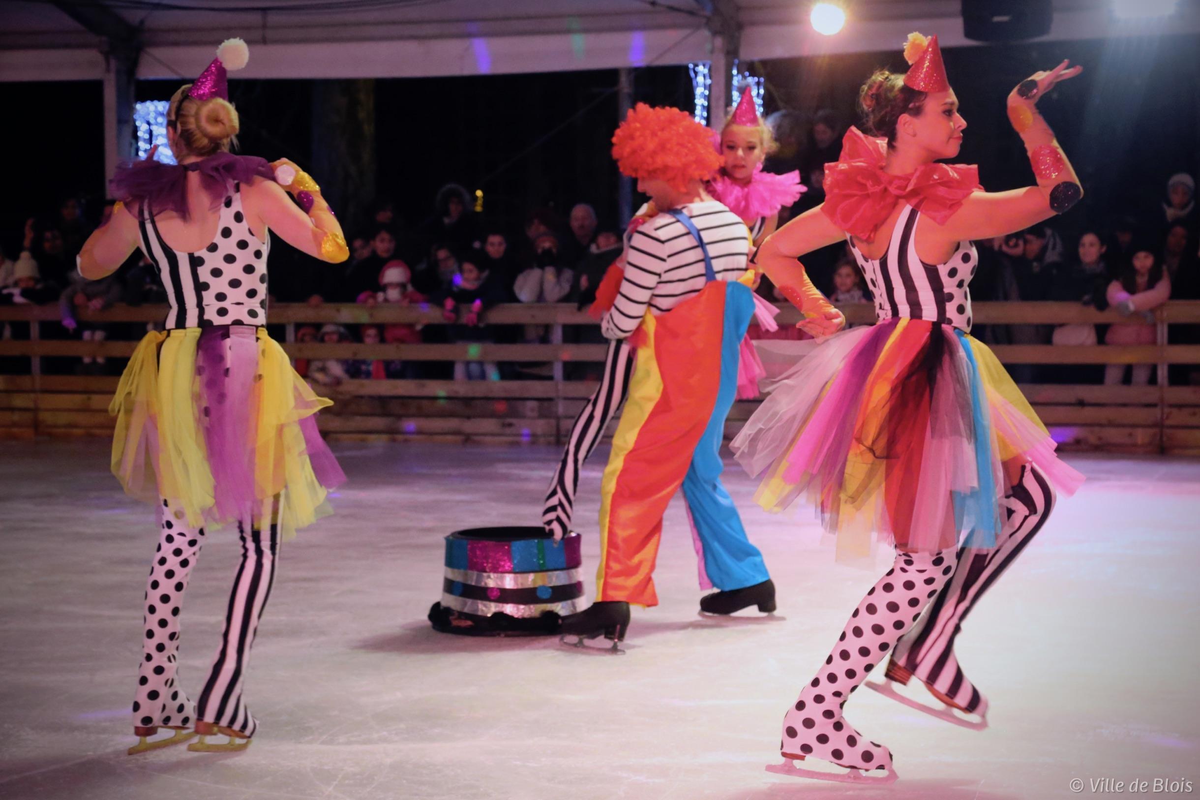 Des artistes dansent sur la glace pour le spectacle d'ouverture du festival Des Lyres d'hiver.