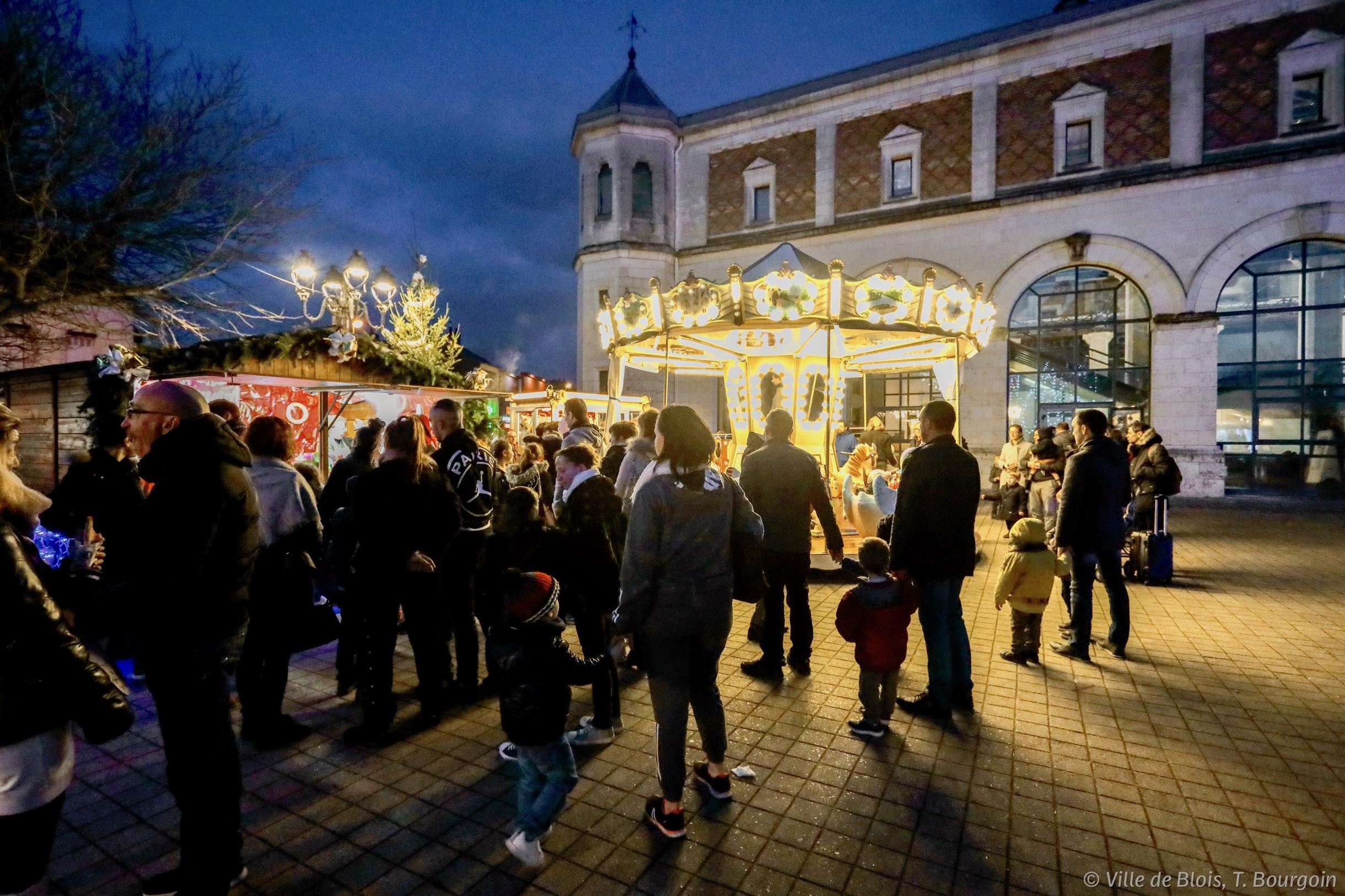 Des chalets et un manège sont installés sur la place de la République pour le marché de Noël du festival Des Lyres d'hiver.